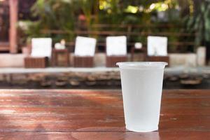 verre à eau sur une table photo