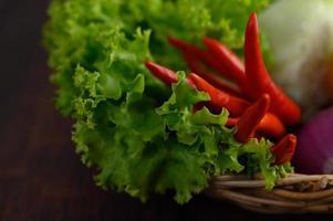 légumes frais dans un panier tressé