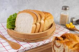 divers pains affichés sur une table