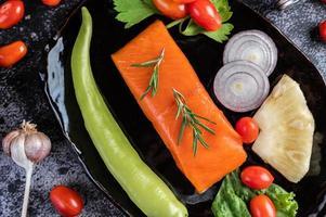 filet de saumon cru au poivre, kiwi, ananas et romarin photo