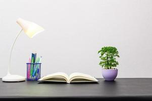 livre et lampe sur la table