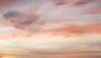 nuages colorés au coucher du soleil photo