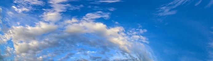 ciel et nuages au coucher du soleil