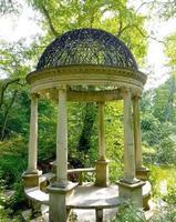 New York City, NY, 2020 - pilier de gondole dans un jardin