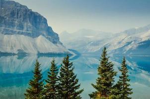 reflet de la montagne dans l'eau bleue avec des arbres photo