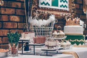 desserts assortis sur une table