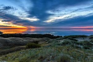 coucher de soleil sur l'eau et l'herbe