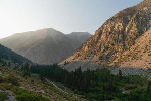 lever du soleil dans les montagnes photo