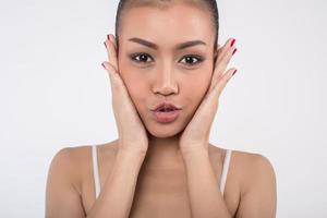 belle jeune femme avec une peau fraîche et propre photo