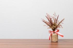 vase à fleurs sur le bureau