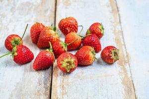 fraises sur une table en bois photo
