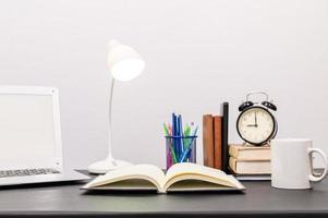 livres et papeterie sur le bureau photo