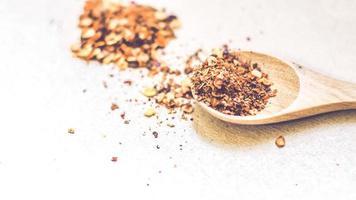 poudre de chili dans une cuillère en bois photo