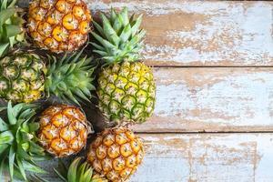 ananas sur fond de bois blanc photo
