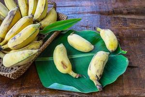 bananes sur une feuille photo