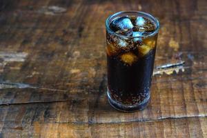 Cola glacé sur une table rustique photo