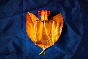 parfum sur feuilles jaunes