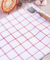 fourchette placée sur un mouchoir rouge et blanc