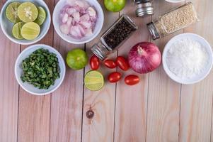 légumes et épices sur table en bois avec espace copie