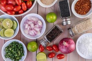 légumes et épices sur table en bois