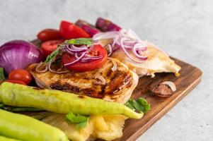 steak de poulet aux légumes rôtis photo