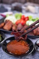 porc frit garni de piments et de légumes
