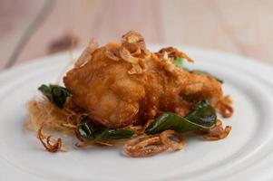 assiette de poulet frit aux herbes
