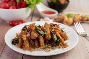 une assiette de poulet frit aux herbes