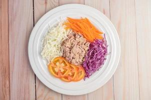 salade de thon aux carottes, tomates et chou photo