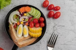 salade de légumes avec du pain et des œufs durs