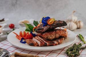 porc frit avec oignon frit au piment frit et menthe photo