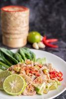 salade de porc épicée à la lime avec légumes verts et accompagnements