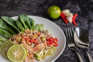 salade de porc épicée à la lime sur lit de verdure