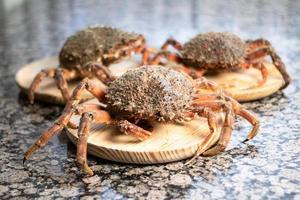 crabes sur des assiettes en bois photo