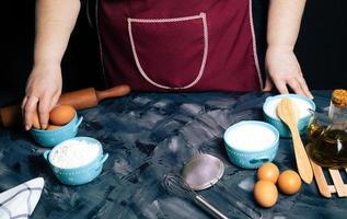 boulanger avec des ingrédients de cuisson