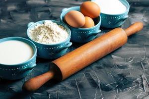 ingrédients de cuisson avec un rouleau à pâtisserie