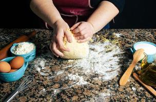 personne pétrir la pâte