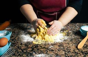 Personne pétrir la pâte sur un comptoir