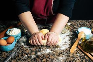 personne en train de pétrir la pâte pour les pâtes