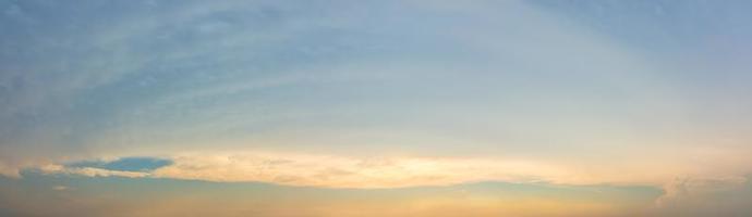 ciel bleu avec des nuages au coucher du soleil photo