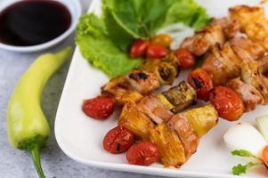 viande barbecue aux tomates et poivrons photo