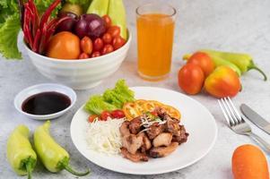 escalope de porc grillée aux tomates et salade photo