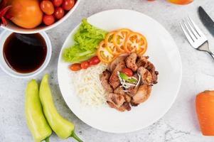 escalope de porc grillée aux tomates et salade