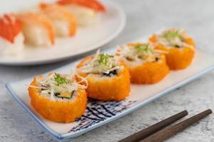sushi plaqué avec sauce et baguettes