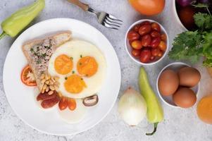 œufs au plat, saucisses, porc haché, pain et haricots rouges