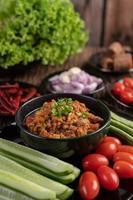 bol de porc sucré avec concombres, haricots longs et tomates