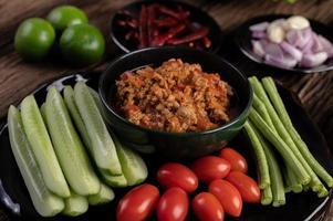 porc sucré avec concombres, haricots longs, tomates et accompagnements