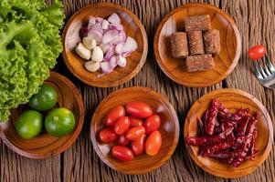 sucre de palme, oignons rouges, poivrons séchés, tomates, concombres, haricots longs et laitue