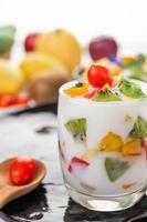 Smoothie au yogourt aux fruits en verre transparent