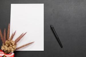 papier vierge et stylo sur le bureau